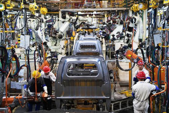工作人员在位于重庆万州的长安跨越智能化生产车间内作业新华社记者王全超摄.JPG