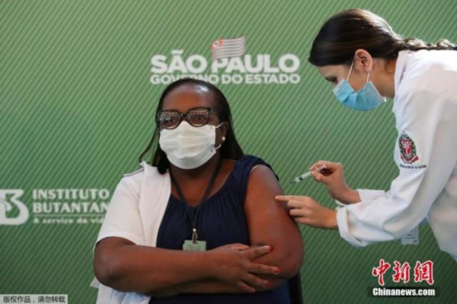 资料图:当地时间2021年1月17日,巴西圣保罗,巴西首批新冠疫苗接种者当天接种中国疫苗,来自圣保罗州的54岁护士莫妮卡·卡拉赞,成为首位接种科兴疫苗的巴西人。巴西国家卫生监督局17日宣布,给予中国北京科兴中维生物技术有限公司研发的新冠疫苗克尔来福紧急使用许可。