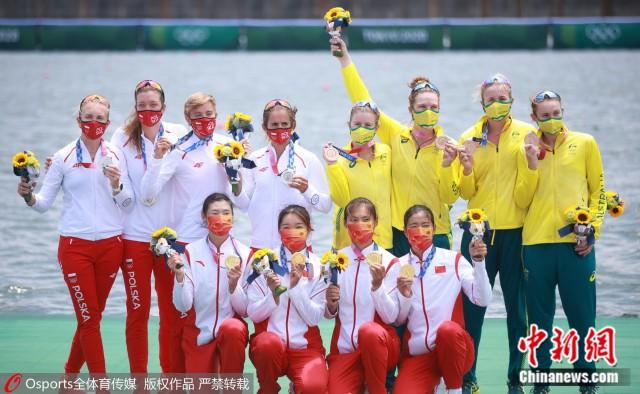 中国金花与国外队伍合影。图片来源:Osports全体育图片社