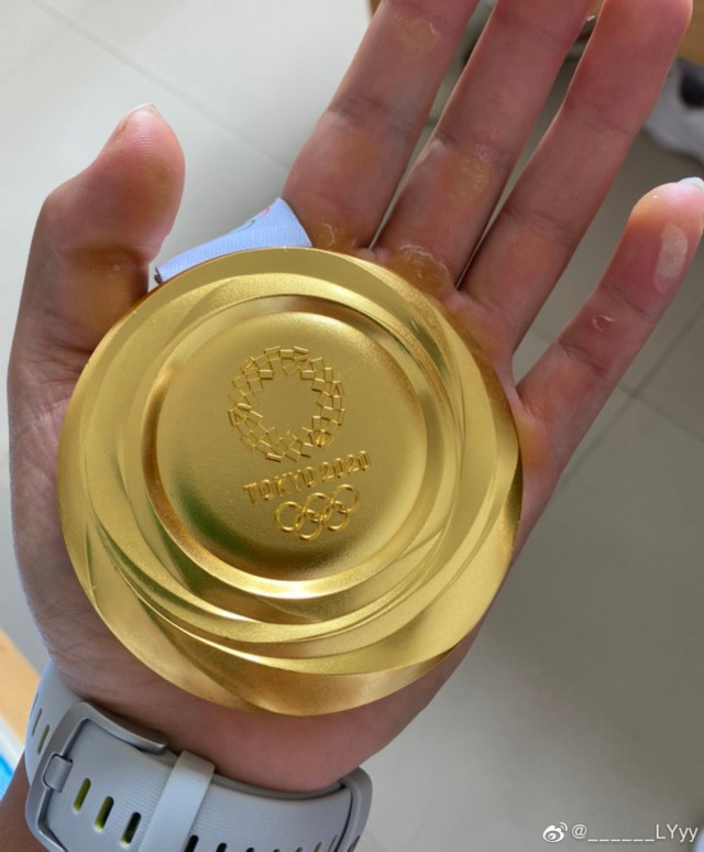 吕扬展示金牌。图片来源:吕扬个人微博