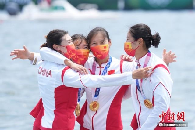 当地时间7月28日,在东京奥运会赛艇项目女子四人双桨决赛中,由陈云霞、张灵、吕扬、崔晓桐(图从左至右)组成的中国队用时6分05秒13第一个划过终点,摘金的同时刷新世界最好成绩。<a target='_blank'  data-cke-saved-href='http://www.chinanews.com/' href='http://www.chinanews.com/'><p  align=