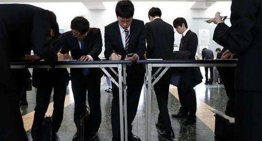 城镇调查失业率连降两月,就业市场明显复苏